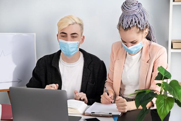 Biznes korporacyjny, konferencja online. młodzi współcześni ludzie komunikują się za pomocą laptopa wyjaśniając strategię rozwoju biznesu.