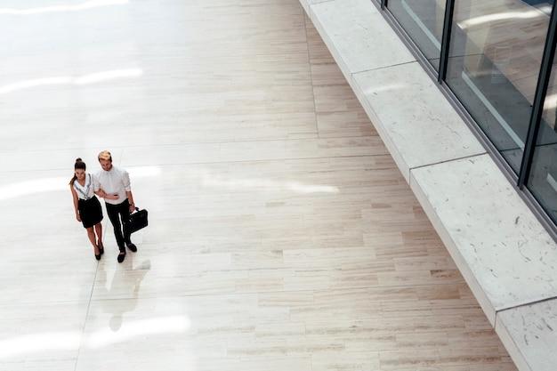 Biznes ładny para spaceru razem. widok z góry