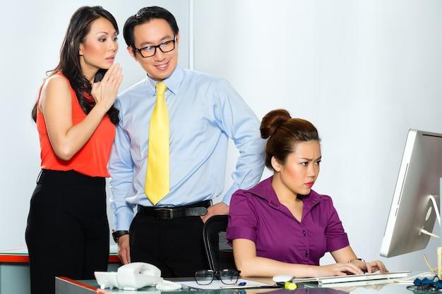 """Biznes, ludzie, biznesmeni, biznesmen, bizneswoman, zastraszanie, biuro, dyskusja, debata, stres, segregacja, """"wypalenie"""", sekretarka, pracownik, praca, kierownik, praca, zespół, koledzy, współpracownik,"""