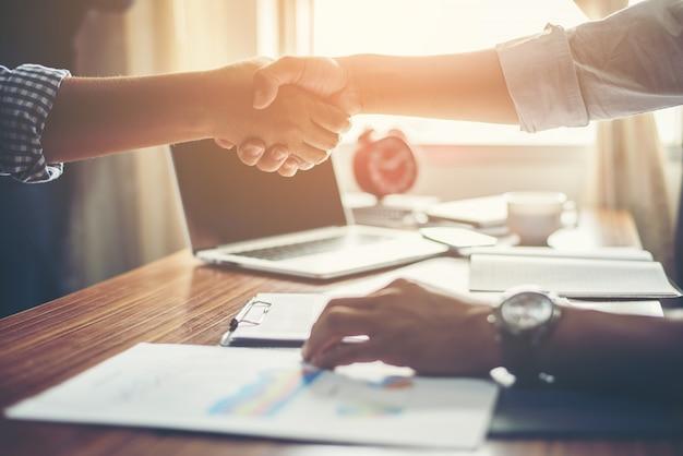 Biznes ludzie handshake życzeniami deal w pracy.