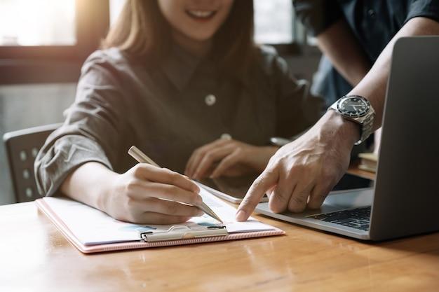 Biznes ludzie omawiając planowanie analizy raportu finansowego, koncepcja spotkania biznesowego