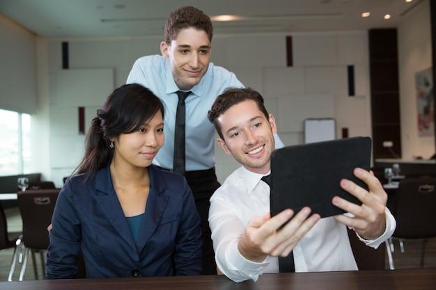 Biznes ludzie przy pomocy tabletu w biurze 1