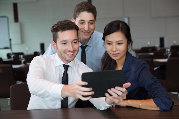 Biznes ludzie przy pomocy tabletu w biurze 4