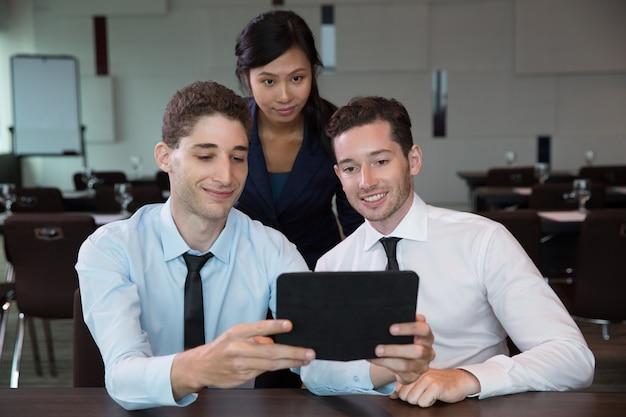 Biznes ludzie przy pomocy tabletu w biurze 8