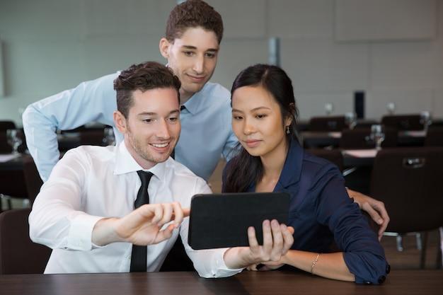 Biznes ludzie przy pomocy tabletu w urzędzie 3