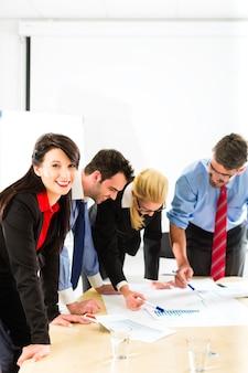 Biznes, ludzie w biurze pracujący jako zespół