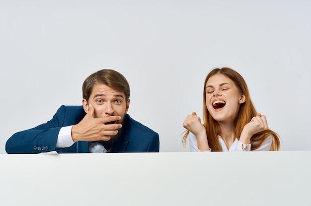 Biznes mężczyzna i kobieta billboard marketing zabawa emocje na białym tle