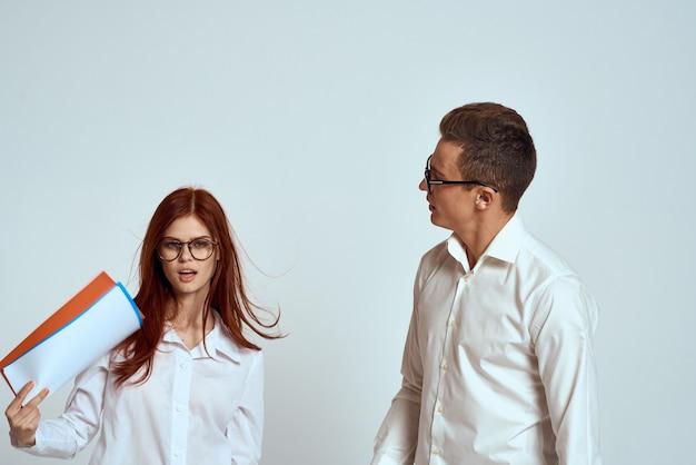 Biznes mężczyzna i kobieta koledzy z pracy komunikacja specjalistów