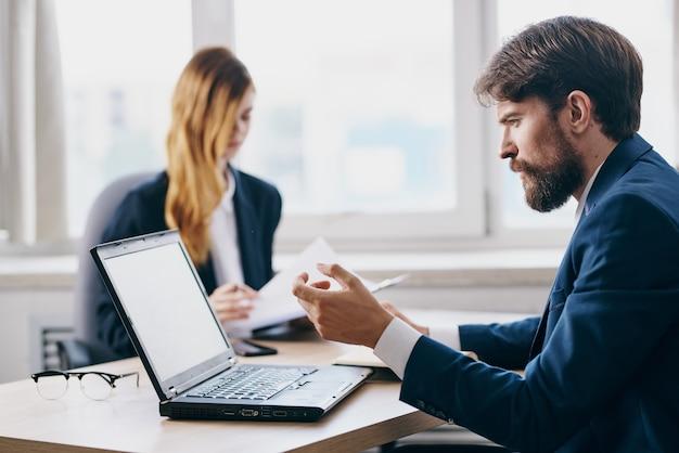 Biznes mężczyzna i kobieta w biurze przed laptopem urzędników sieci kariery. zdjęcie wysokiej jakości
