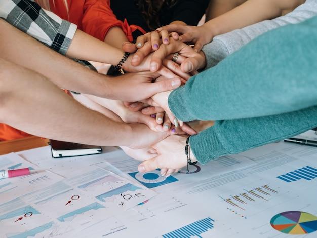 Biznes milenialsów. udana praca zespołowa. osób pracujących razem nad projektem.