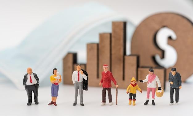 Biznes miniture, stary, dziecko, dziecko, młodzi ludzie, maska, wykres i ikona dolara na białym tle z powodu pandemicznego koronawirusa (covid-19) koncepcyjnego, wybierz ekonomicznego lub życia
