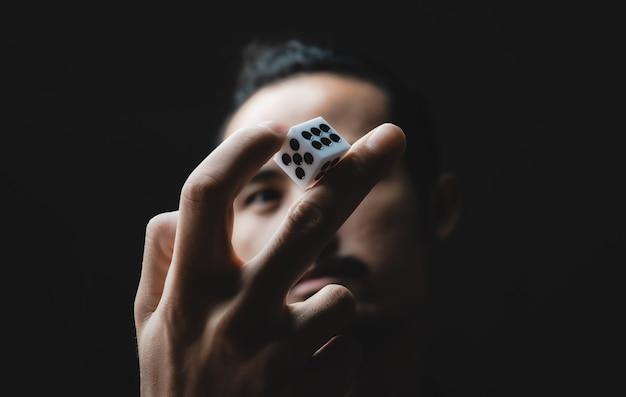 Biznes osoba ręka rzuca kostką, koncepcja gry hazardowej biznes