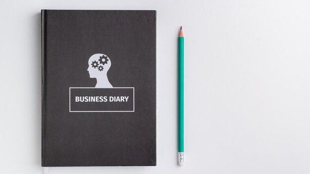 Biznes pamiętnik i ołówek na białym tle na białym tle