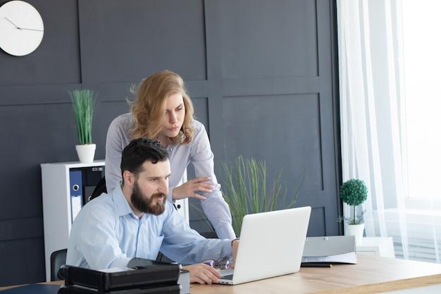 Biznes para pracuje razem nad projektem w nowoczesnym biurze uruchamiania