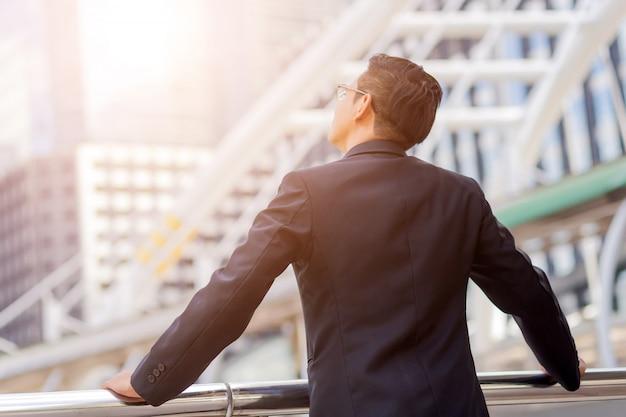 Biznes patrząc na nowoczesny budynek