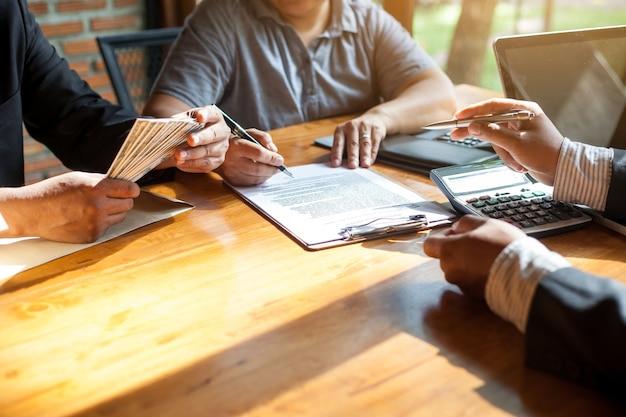 Biznes podpisanie umowy kup - sprzedaj dom.