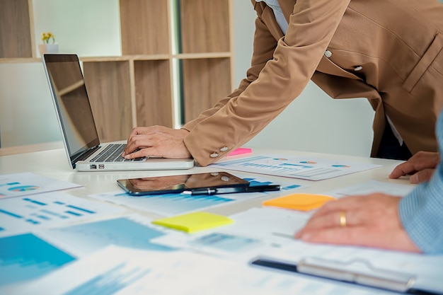 Biznes pracuje przy biurem z laptopem i dokumentami na jego biurku. pomysł na biznes.