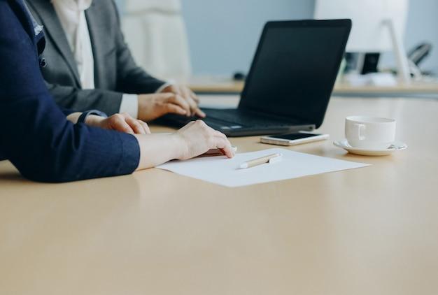 Biznes rozmawia dwie osoby biurowe z laptopem