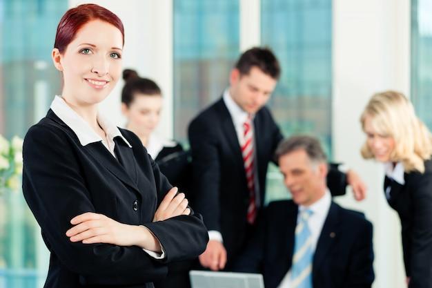 Biznes - spotkanie w biurze