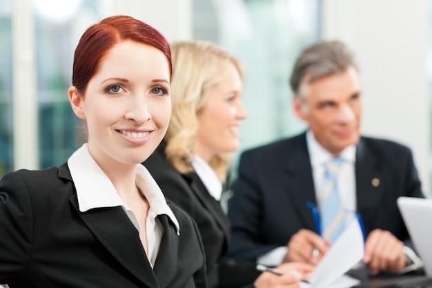 Biznes - spotkanie zespołu w biurze