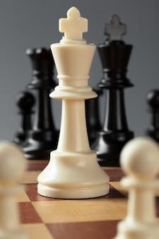 Biznes szachowy, lider i sukces.