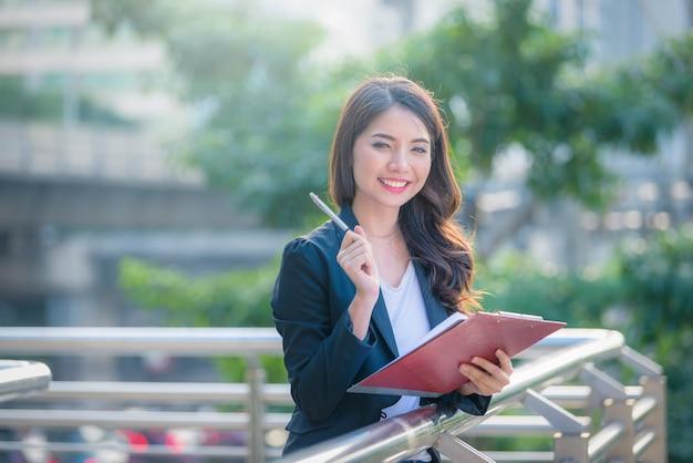 Biznes szczęśliwa kobieta trzyma listę kontrolną