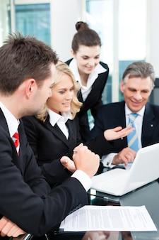 Biznes - udane spotkanie w biurze