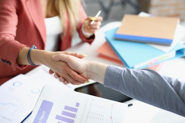 Biznes uścisk dłoni ludzi biznesu w miejscu pracy zbliżenie