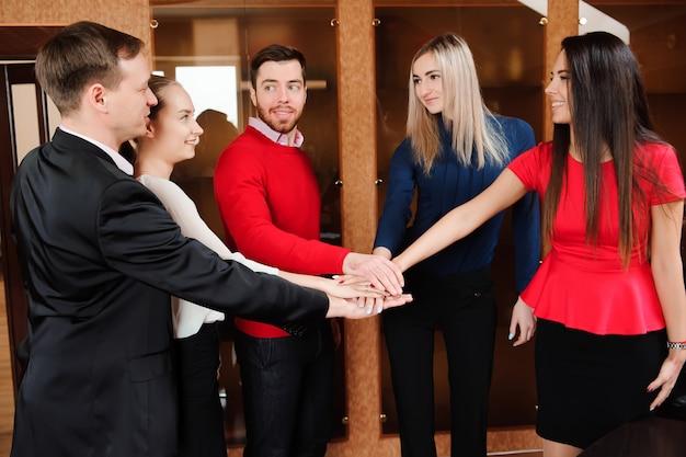 Biznes w biurze. koncepcja obsługi rąk zespołu stosu