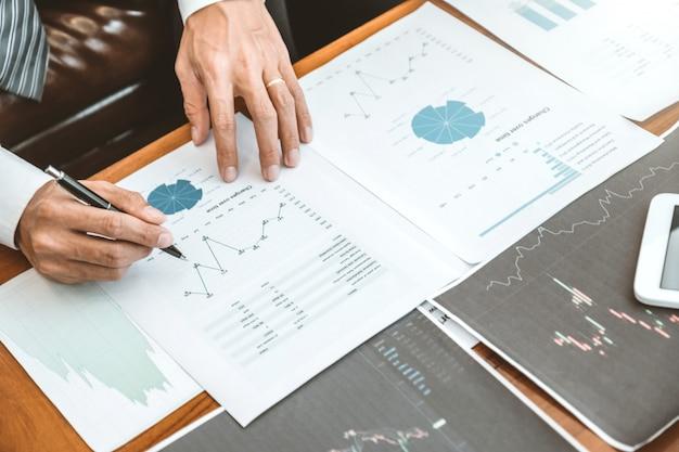 Biznes zespół inwestycja przedsiębiorca trading omawiający i analizujący wykres giełdowy