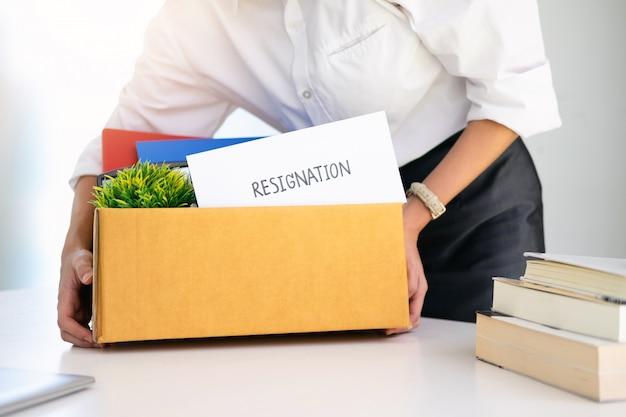 Biznes zmiana miejsca pracy, bezrobocie, zrezygnowano.