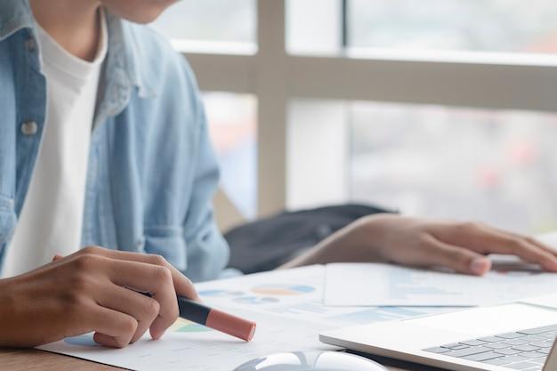 Biznesmen analizuje dane marketingowe dotyczące inwestycji.