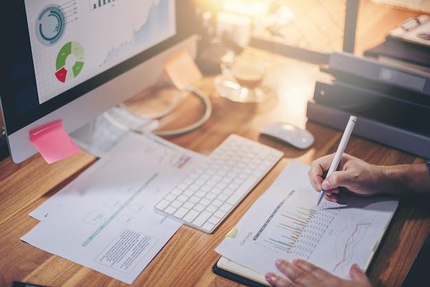 Biznesmen analizuje dane razem dla planowania i uruchamiania nowego projektu w miejscu pracy