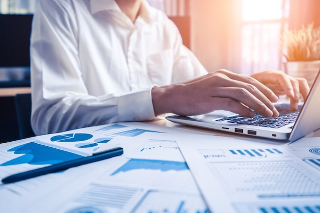 Biznesmen analizuje dane z badań giełdowych.