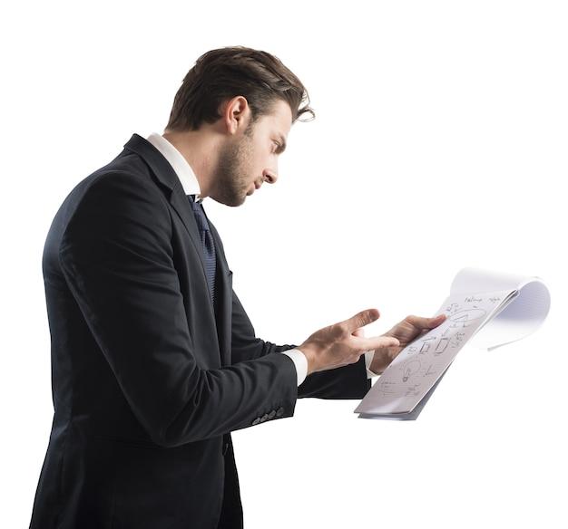 Biznesmen analizuje dokumenty pracy dotyczące zysku finansowego