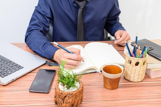 Biznesmen analizuje dokumenty w biurku
