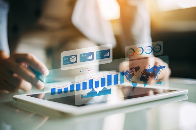 Biznesmen analizuje pieniężnego fundusz z cyfrową rozszerzoną rzeczywistością.