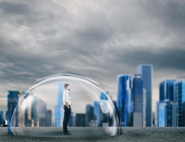 Biznesmen bezpiecznie wewnątrz kopuły tarczy. koncepcja ochrony i bezpieczeństwa