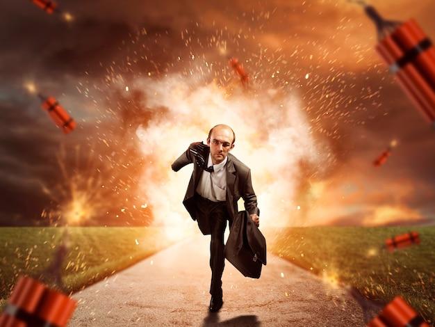 Biznesmen biegnie od dynamitu eksplodującego na drodze