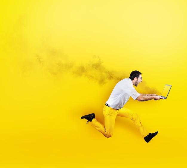Biznesmen biegnie z laptopem w ogniu w ręku. świeży żółty styl