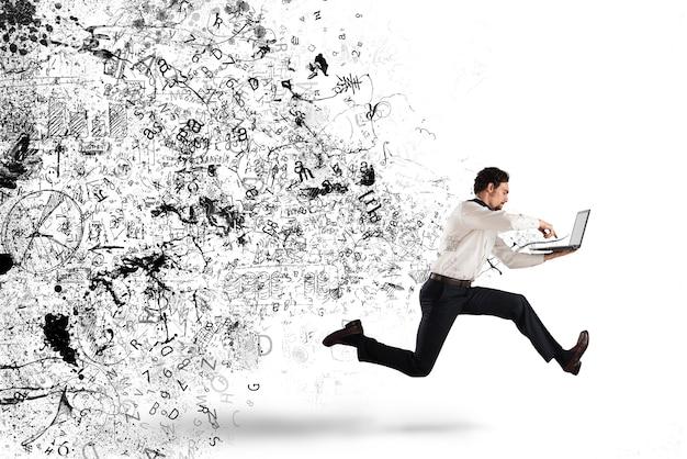 Biznesmen biegnie ze swoim laptopem, biznesplanem i szkicami projektu