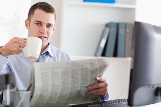 Biznesmen bierze kawową przerwę