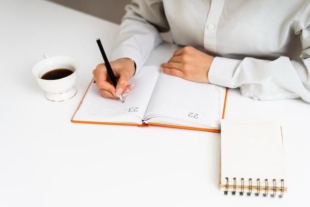 Biznesmen bierze notatki przy biurem