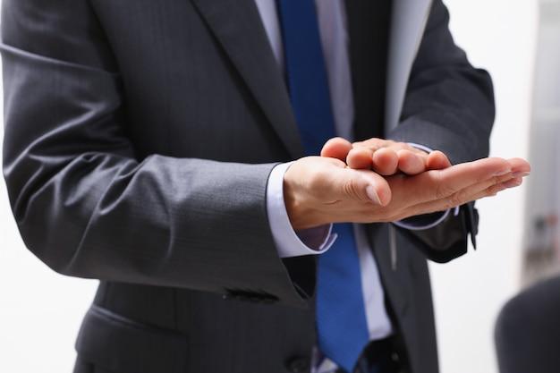 Biznesmen bije brawo na seminarium dla
