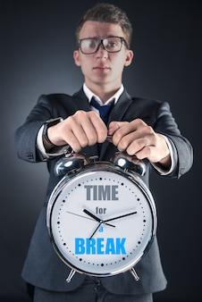 Biznesmen błagając o wakacje w koncepcji biznesowej
