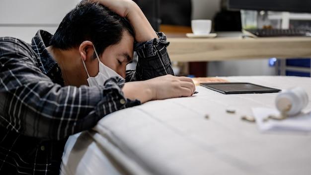 Biznesmen ból głowy i weź lekarstwo. bezrobocie a problem zdrowia psychicznego. zespół stresu pourazowego (ptsd). problemy ekonomiczne pracowników w azji.