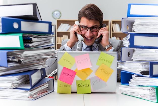 Biznesmen boryka się z wieloma priorytetami