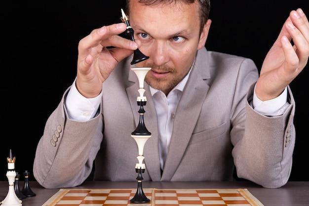 Biznesmen buduje piramidę szachów