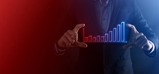 Biznesmen chwyć rysunek na ekranie rosnącym wykresie