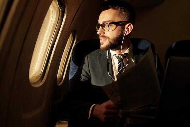 Biznesmen cieszy się lot